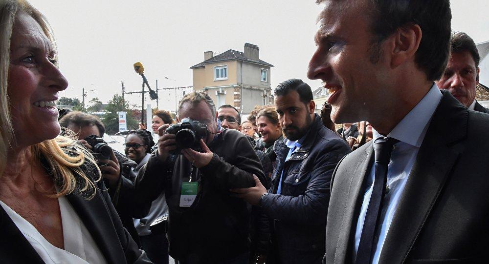 Uma foto tirada em 11 de outubro de 2016 mostra então o candidato à eleição presidencial francesa para o En Marche! Emmanuel Macron e chefe de segurança Alexandre Benalla em reunião de campanha em Le Mans, oeste da França.