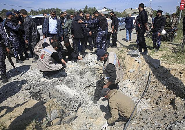 Serviço de segurança do Hamas inspeciona o local de uma explosão na terça-feira que ocorreu quando o comboio do primeiro-ministro palestino, Rami Hamdallah, entrou em Gaza pela passagem de Erez para Israel.