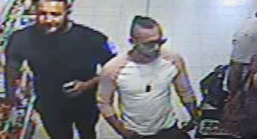 A polícia divulgou essa imagem de três homens supostamente envolvidos no ataque com ácido.
