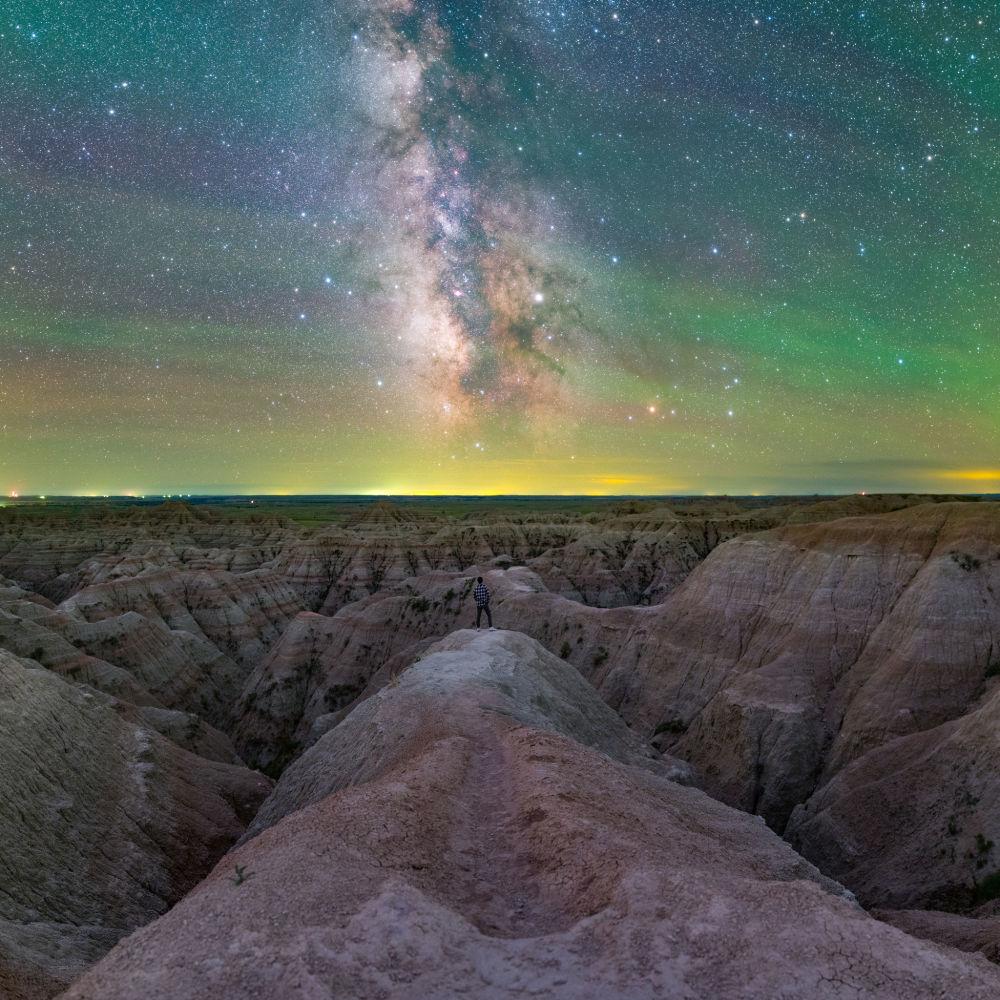 Expedição para o Infinito por Jingpeng Liu. Nossa galáxia em todo o seu esplendor fotografada do Parque Nacional das Badlands, na Dakota do Sul, EUA