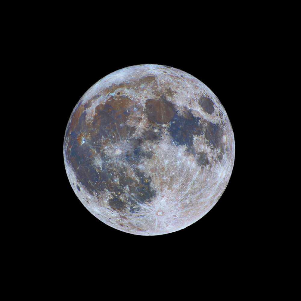 A Lua Colorida por Nicolas Lefaudeux. Uma imagem fenomenal que retrata as cores inéditas da superfície do satélite terrestre. A imagem assemelha-se a com um ornamento de árvore de Natal com extensa gama de cores e tonalidades