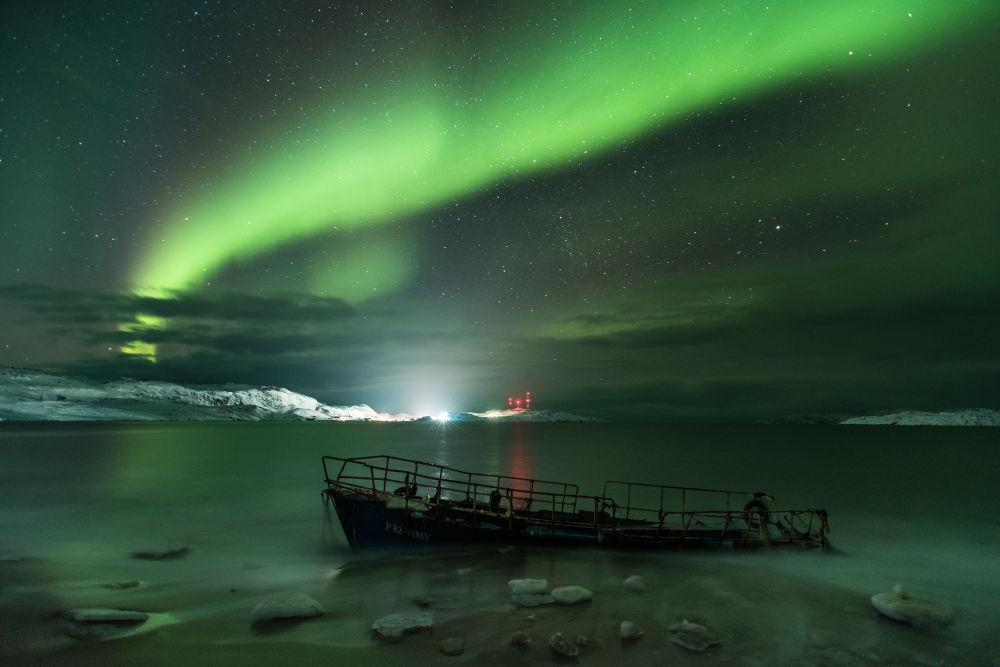 Aurora Boreal na costa do mar de Barents por Michael Zaviyalov. Após quatro dias de mau tempo e forte nevada, o céu finalmente se clareou e a aurora polar apareceu em toda a sua glória