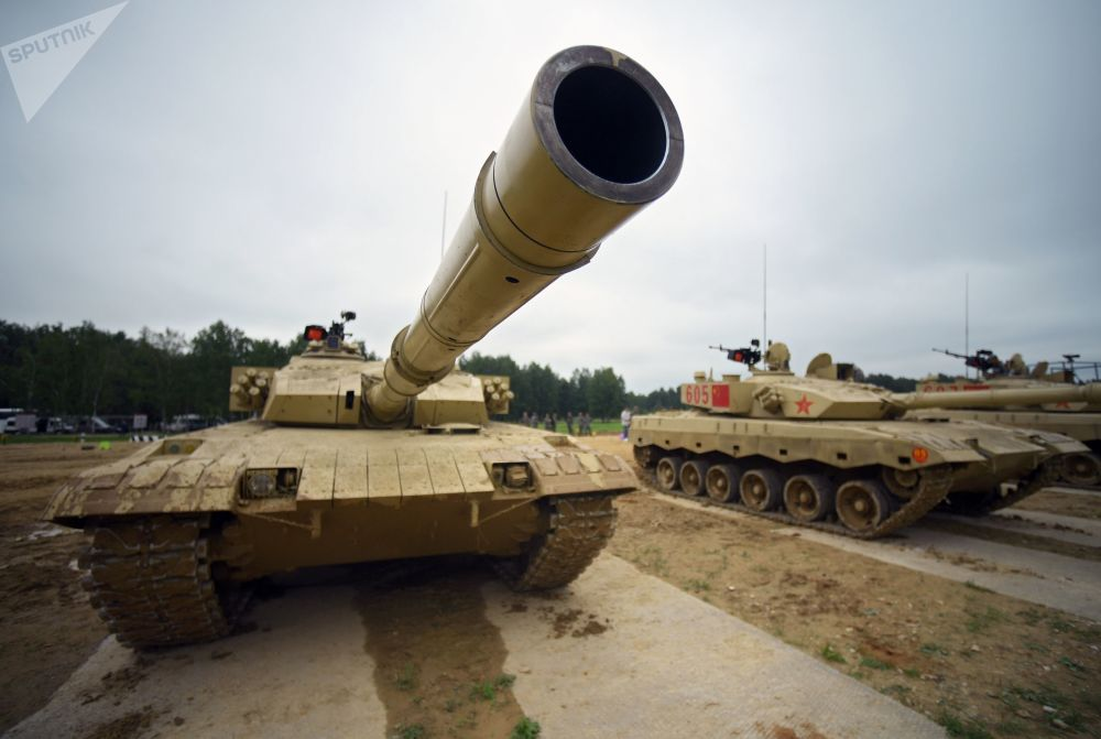 Tanques chineses Type 96 durante os preparativos para o concurso internacional Biatlo de Tanques 2018
