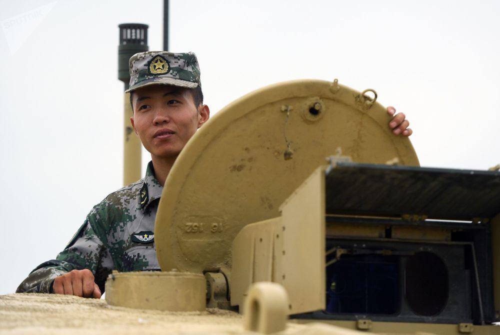 Um tripulante chinês de tanque Type 96 durante os preparativos para o Biatlo de Tanques 2018 na cidade de Kubinka