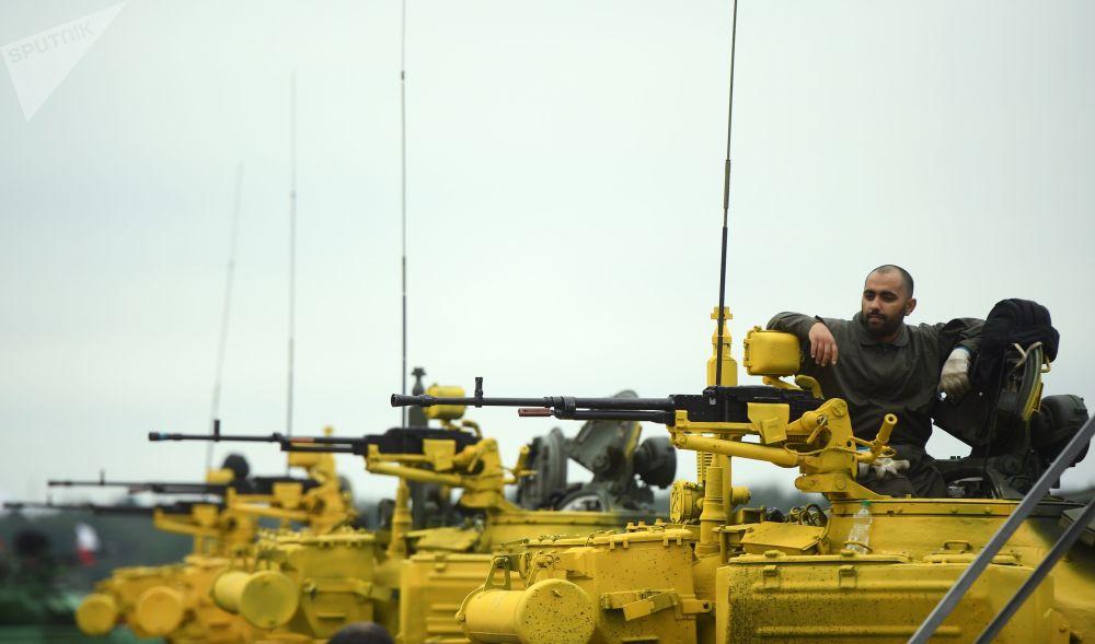 Tanques chineses Type 96 durante os treinamentos para o concurso internacional Biatlo de Tanques 2018