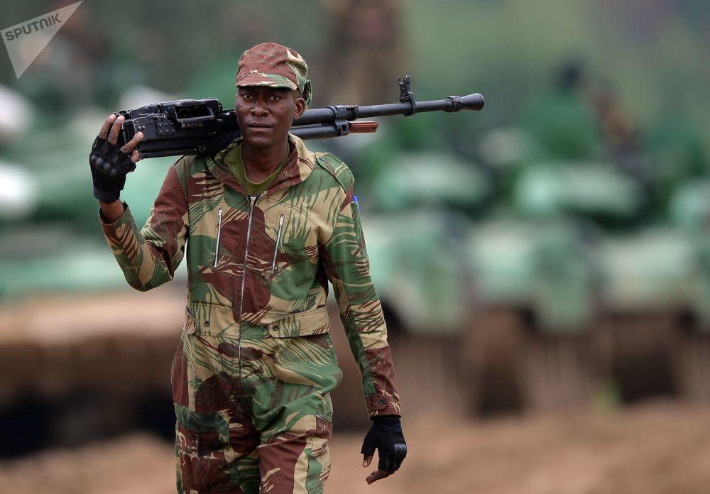 Um tripulante de tanque do exército da Nigéria participa do treinamento para o concurso Biatlo de Tanques 2018