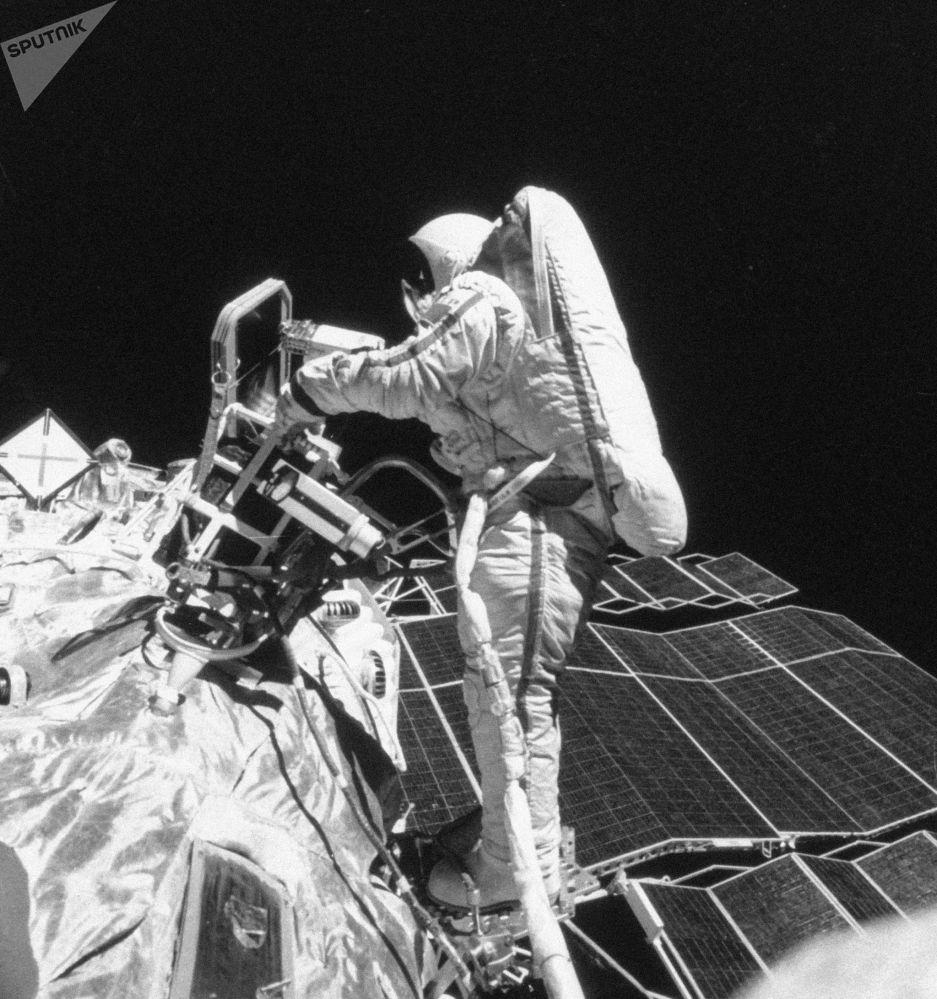 Cosmonauta russa Svetlana Savitskaya realiza operações de corte, soldagem e fusão de metal no espaço durante voos