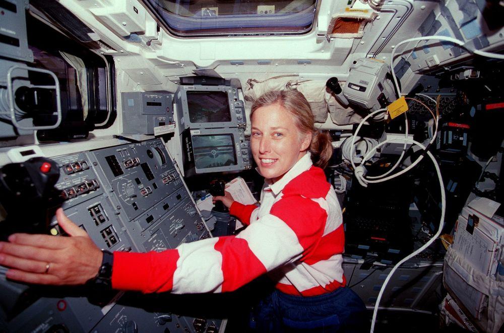 Astronauta norte-americana e veterana de três missões espaciais, Jan Davis, durante missão STS-85 realizada pelo ônibus espacial Discovery