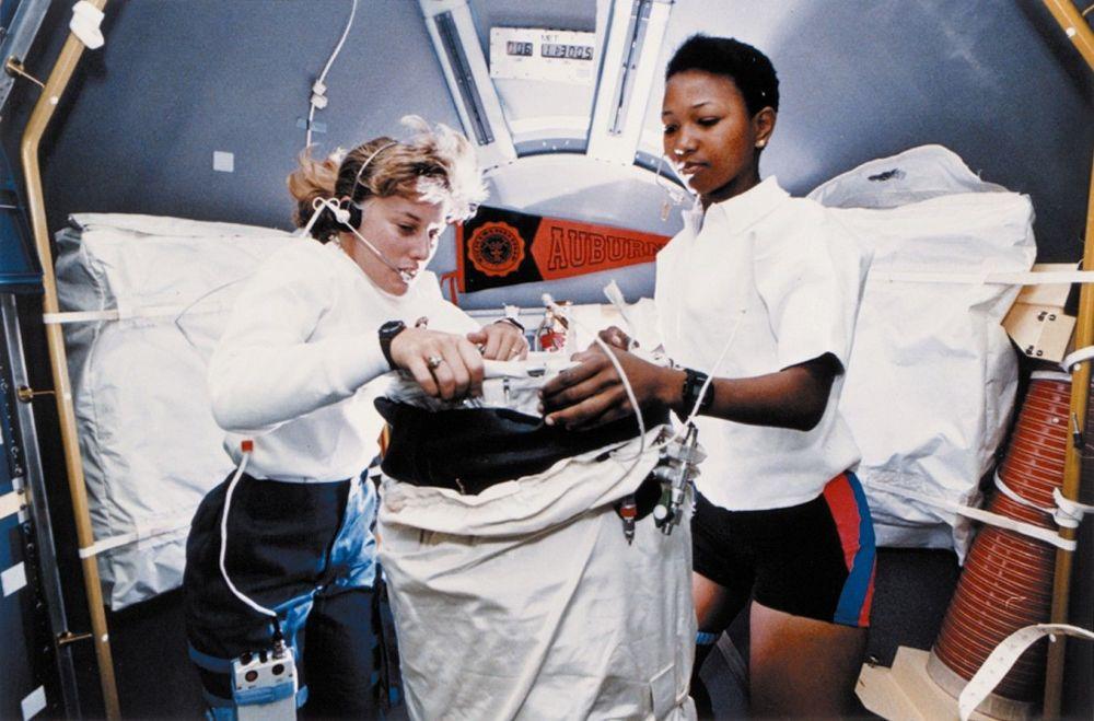 Astronautas norte-americanas Jan Davis (esquerda) e Dr. Mae C. Jemison (direita) a bordo da missão STS-47 da NASA