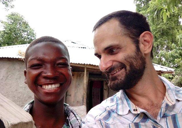James Arbaugh ao lado de um garoto haitiano.