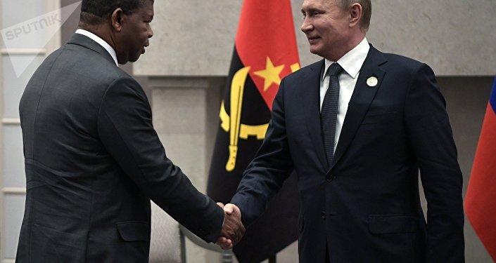 Presidente russo, Vladimir Putin, e seu homólogo angolano, João Lourenço, na margem da 10ª cúpula do BRICS em Joanesburgo