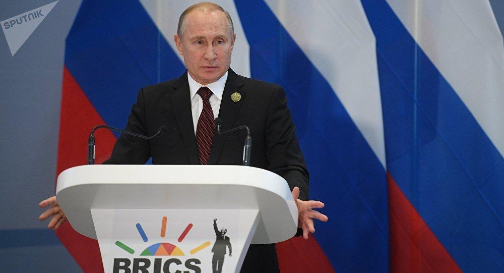 Presidente russo Vladimir Putin durante a coletiva de imprensa após a 10ª cúpula do BRICS em Johannesburgo, África do Sul