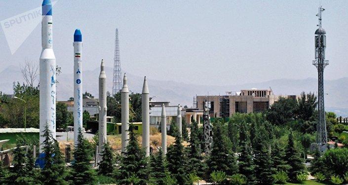 Maquetas de mísseis e foguetes-portadores no território do Museu da Revolução Islâmica e Defesa Sagrada em Teerã, Irã