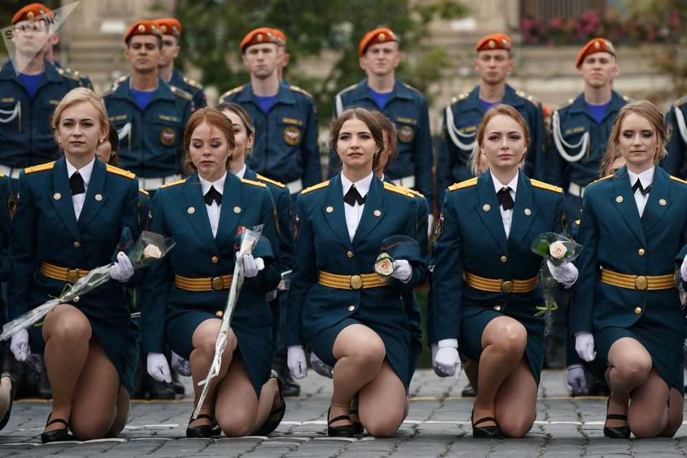 Estudantes de universidades da área de Defesa e Proteção Civil participando da cerimônia solene de graduação na Praça Vermelha, Moscou.