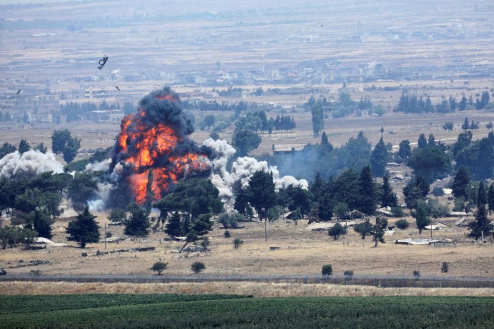 Explosão vista em Quneitra, na fronteira entre a Síria e Israel