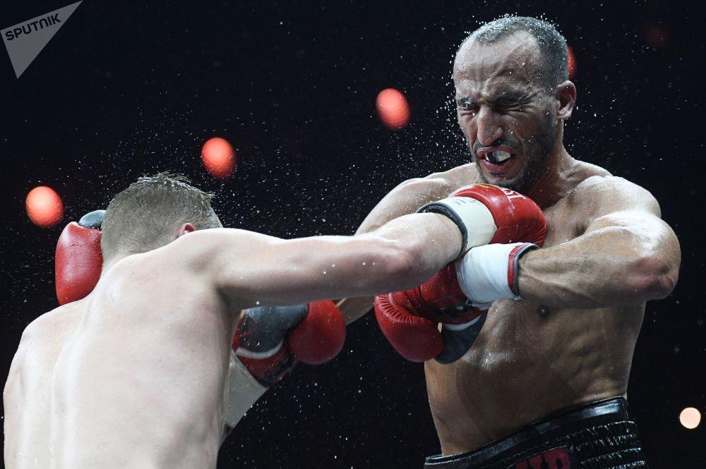 Fedor Turchinov (Rússia) e Nadjib Mohammedi (França) disputando o título da WBA Interim, (Associação Mundial de Boxe).