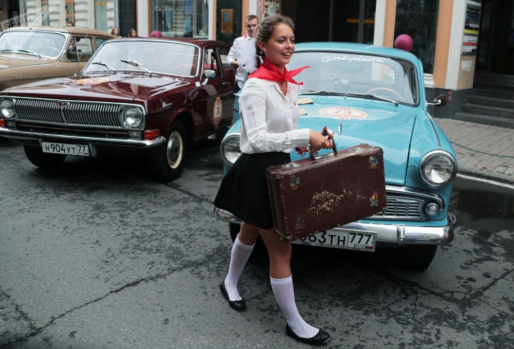 Menina perto de um carro antes do início da parada de carros antigos Gorkyclassic – 2018, Moscou