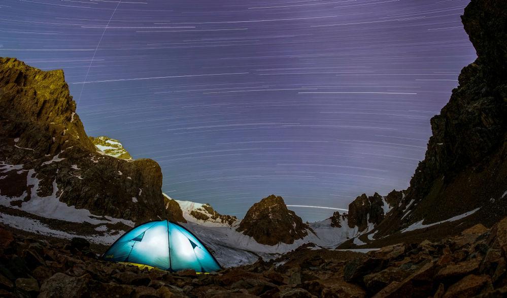 Chuva de meteoros e estrelas captada em uma foto de exposição longa nas montanhas de Tian Shan, Cazaquistão.