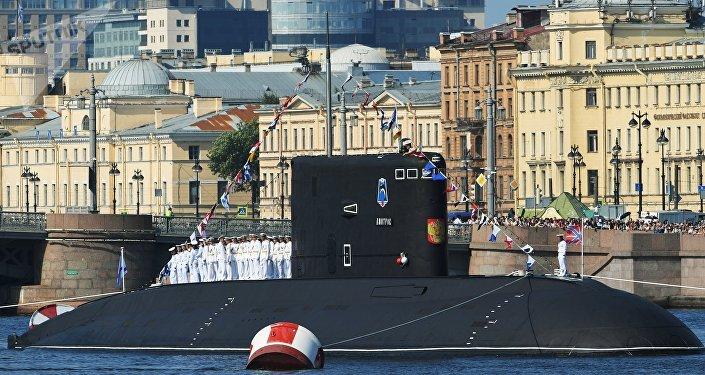 Submarino diesel-elétrico Dmitrov durante o Desfile Naval Principal da Marinha da Rússia em São Petersburgo, 29 de julho