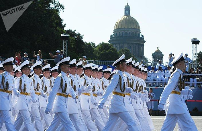 Marinheiros russos antes do Desfile Naval Principal da Marinha da Rússia