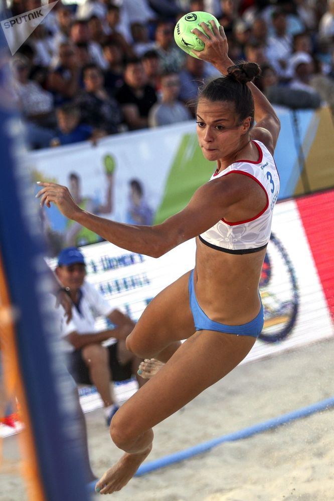 Jogadora de handebol russa Maria Belova durante a partida entre seleções femininas da Rússia e Tailândia