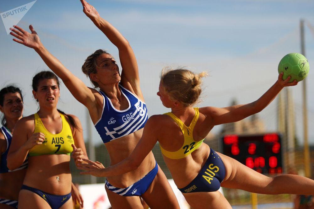 Seleção Grega joga contra a Seleção Australiana na fase preliminar do VIII Campeonato Mundial feminino de handebol 2018