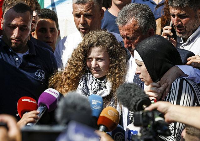 Ahed Tamimi fala com a imprensa após ser solta.