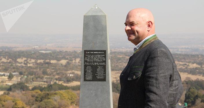 Dannie de Beer junto ao monumento dedicado à Batalha de Diamond Hill, em Kleinfontein