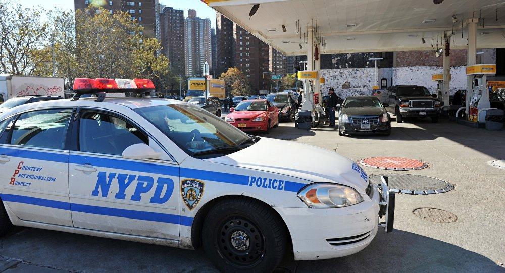 Departamento de Polícia de Nova York vigia o posto de combustível Shell, Nova York, EUA, em 9 de novembro de 2012