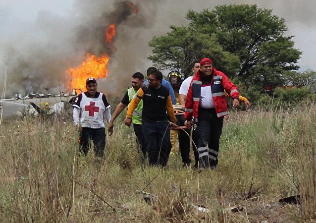 Pessoas no local do acidente do avião mexicano na área de Durango