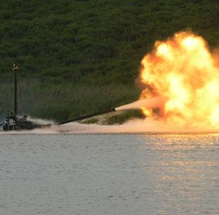 Tanque T-72 atira após ultrapassar obstáculo aquático passando pelo fundo durante treinamentos no polígono Sergeevsky, região russa de Primorie
