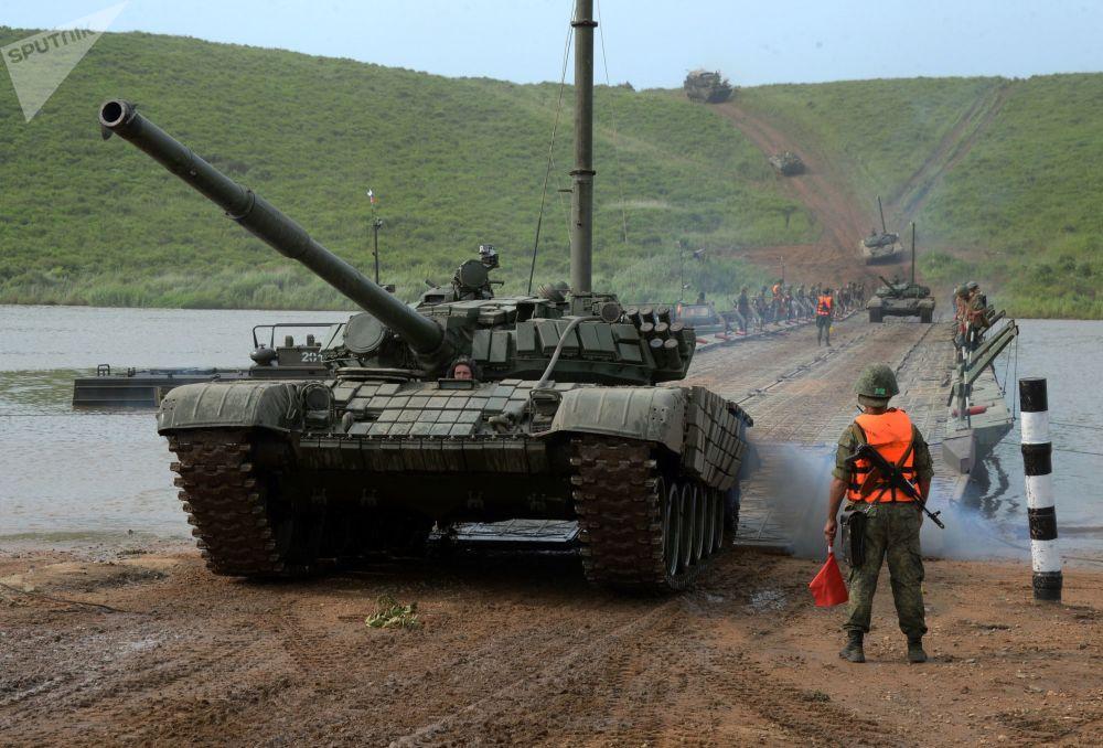 Tanque T-72 ultrapassa obstáculo aquático usando uma ponte flutuante durante manobras