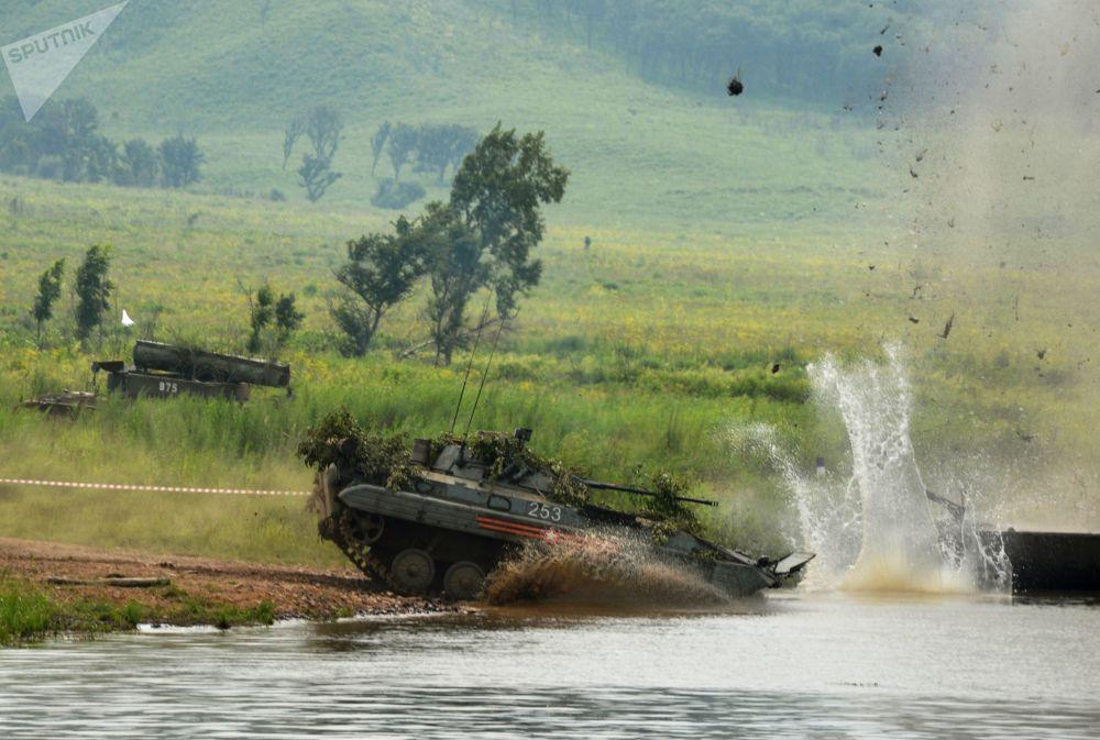 No decurso de manobras, um veículo de infantaria entra no rio com objetivo de atravessá-lo