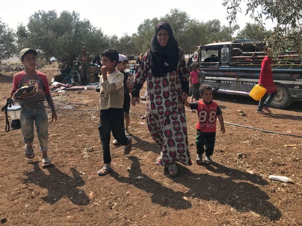 Mulher passeando com seus filhos em Daraa, território livre da ameaça terrorista