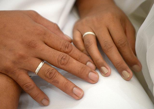 Mãos de recém-casados