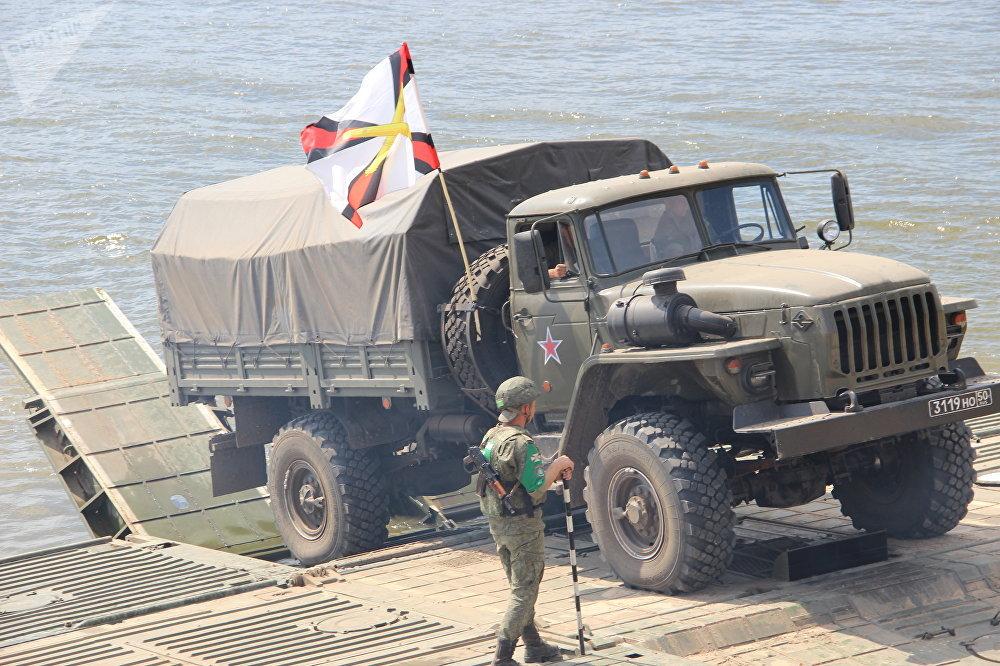 Veículo blindado russo embarca durante o concurso Otkrytaya Voda 2018