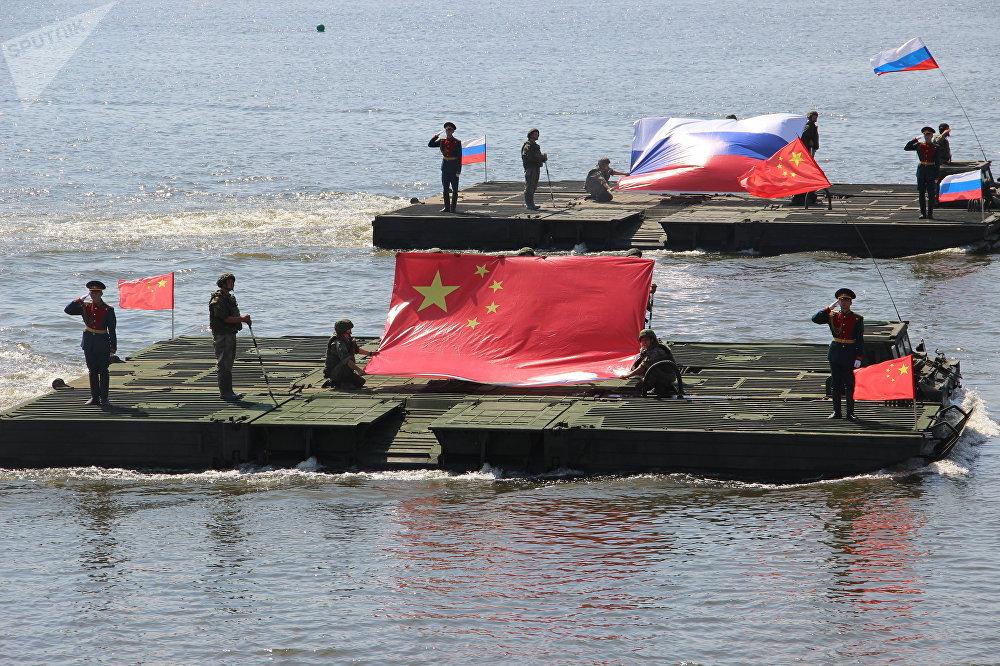 Plataformas com bandeiras russa e chinesa durante a abertura do concurso Otkrytaya Voda 2018