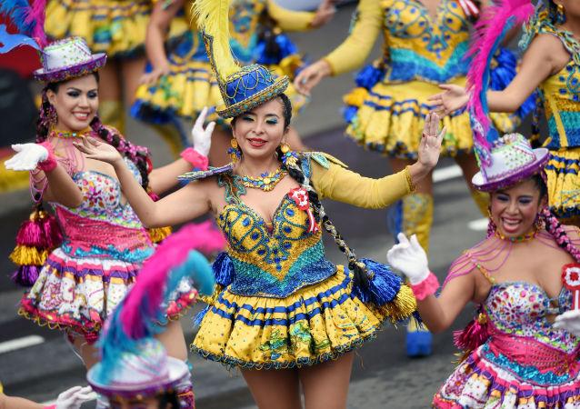 Dançarinas participam da parada no Dia de Independência em Lima, no Peru