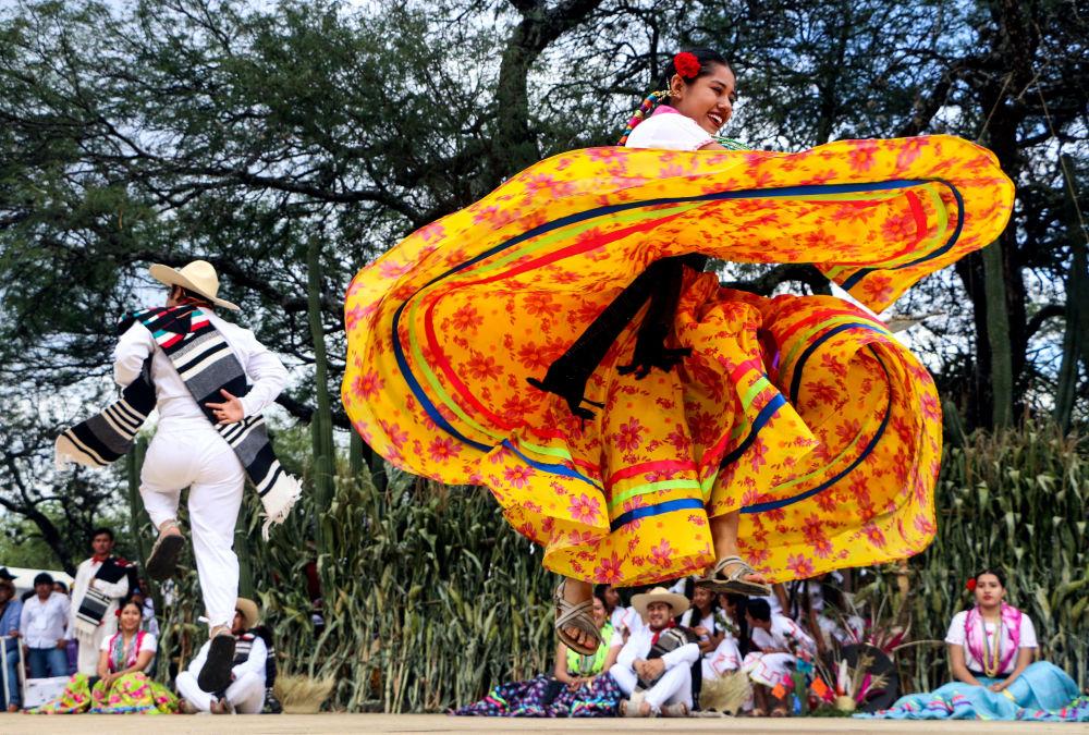 Dançarinos se apresentam durante o festival Guelaguetza no México
