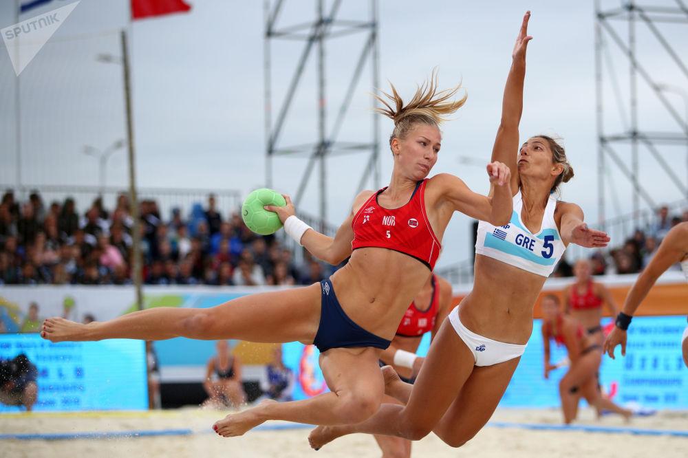 Atletas da seleção norueguesa e do time grego durante a final do Mundial de Handball feminino, em Kazan