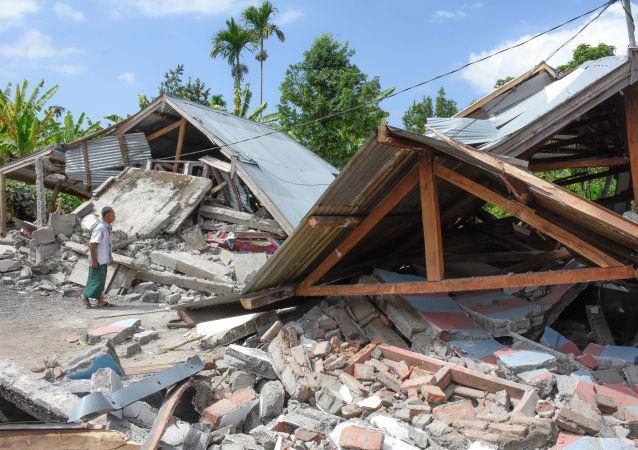 Habitações destruídas por um terremoto forte na Indonésia