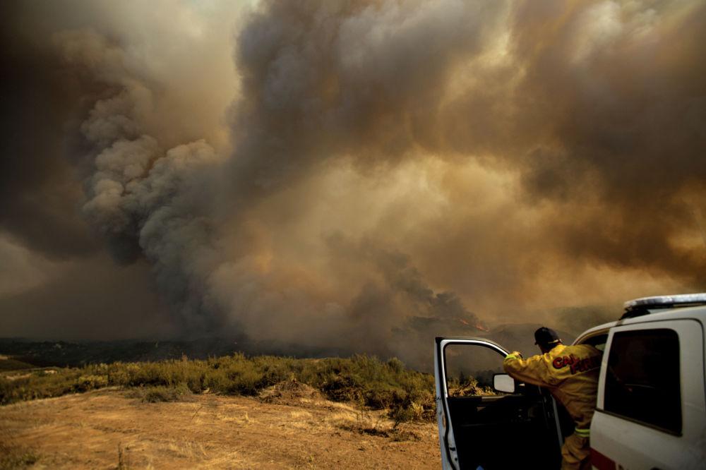 Chefe de unidade de bombeiros da Califórnia coordena combate a fogos florestais em Lakeport