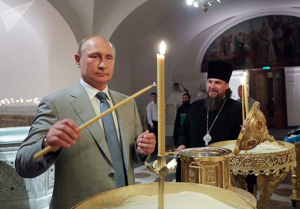 O presidente russo, Vladimir Putin, visita uma igreja durante o festival Ópera em Khersones, na Crimeia, em 4 de agosto de 2018