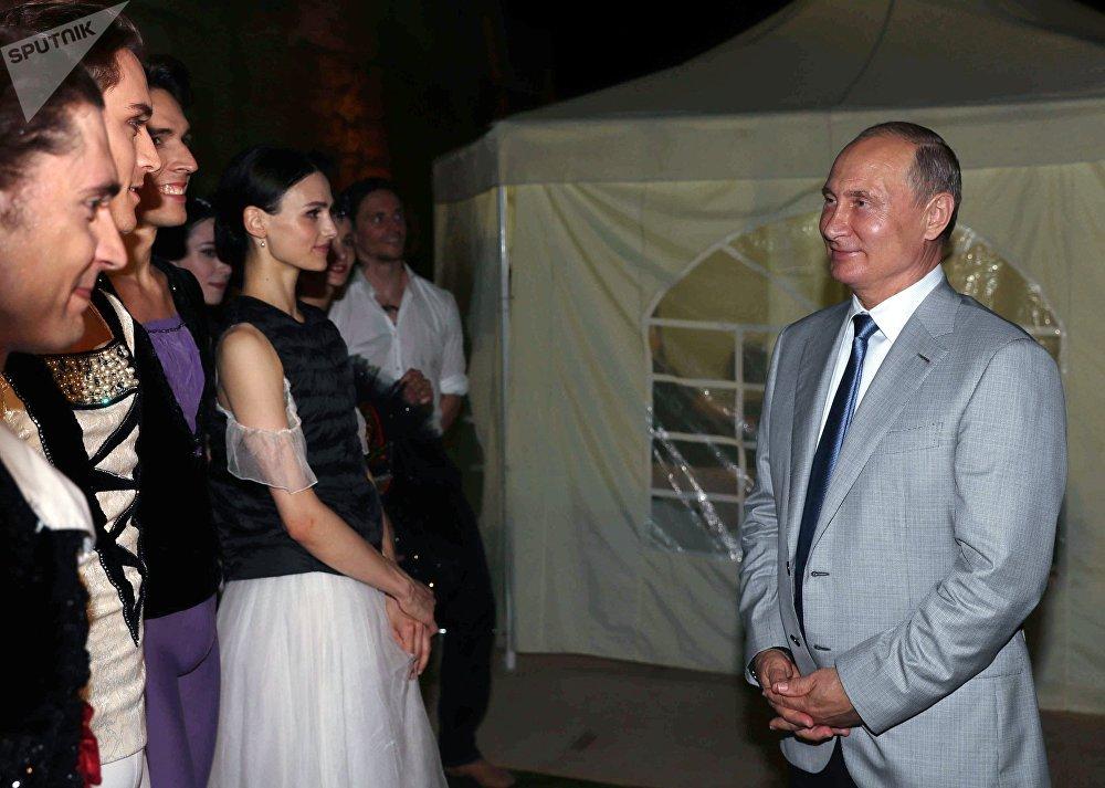 O presidente russo, Vladimir Putin, se comunica com artistas de balé ao visitar o festival Ópera em Khersones, na Crimeia, em 4 de agosto de 2018