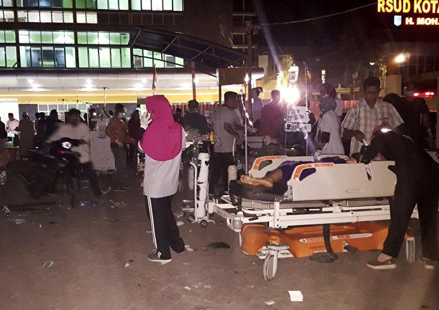 Funcionários tratam pacientes em um hospital de campanha depois que um terremoto atingiu a ilha de Lombok, na Indonésia, em 5 de agosto de 2018.