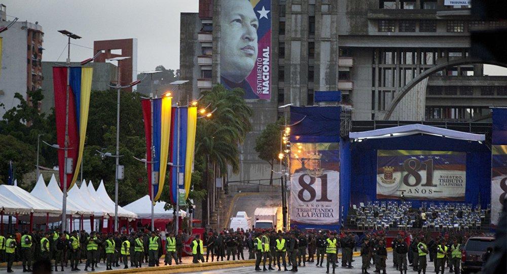 Guardas venezuelanos ocupando a Avenida Bolívar depois da tentativa do atentado contra o líder do país, Nicolás Maduro