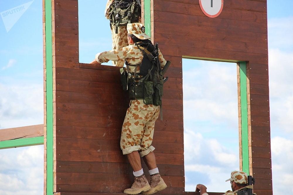 Militares iranianos passam por corrida de obstáculos durante o concurso Desantny Vzvod (Pilotão de Desembarque), em Pskov