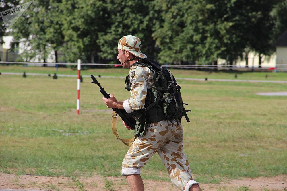 Militar iraniano passam por corrida de obstáculos durante o concurso Desantny Vzvod (Pilotão de Desembarque), em Pskov