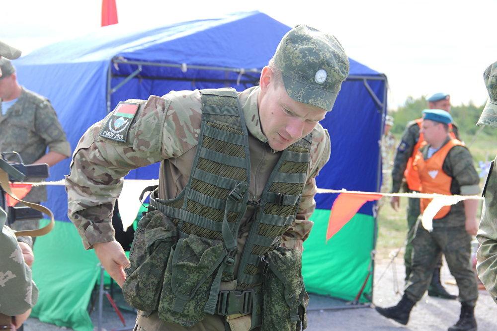 Militar bielorusso se prepara para a estafeta do concurso Desantny Vzvod (Pilotão de Desembarque), em Pskov