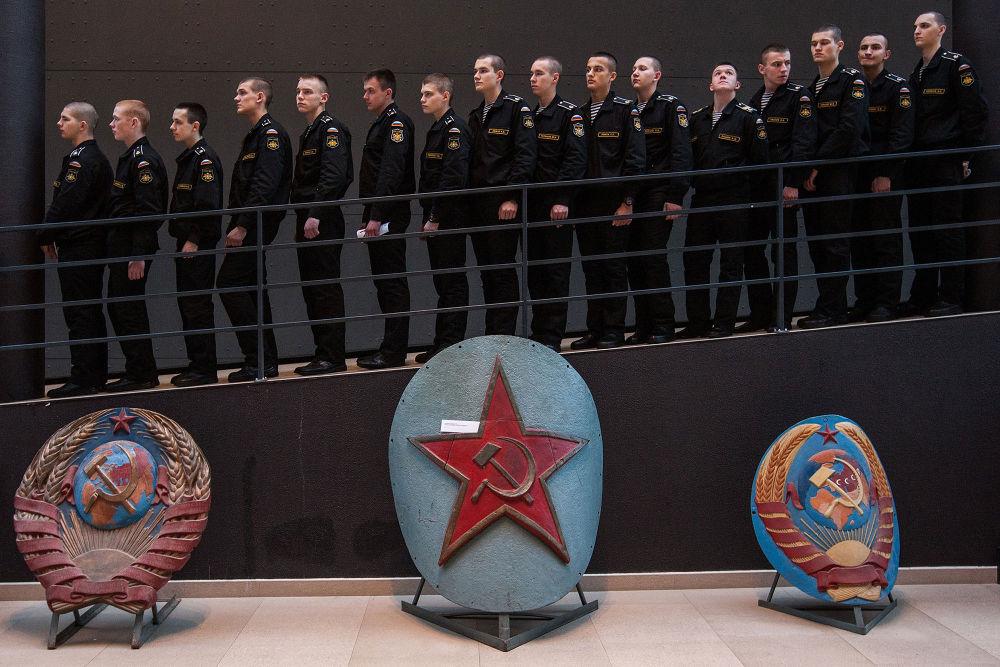 "Alexey Loshchilov (Rússia) ""Visita ao museu"" (Vizit to the museum)"